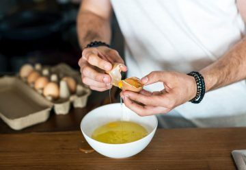 Jak najprościej oddzielić żółtko od białka jajka?