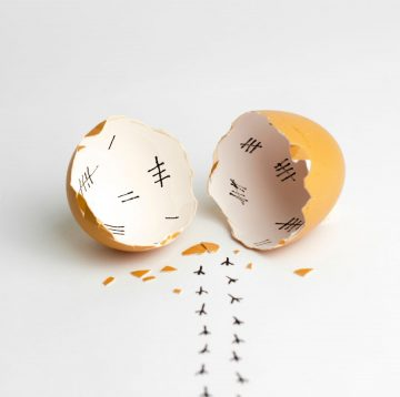 5 prostych sposobów jak obrać jajko na twardo