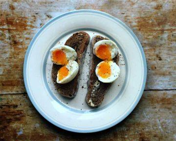 Jak w oszczędny sposób ugotować jajko na twardo?